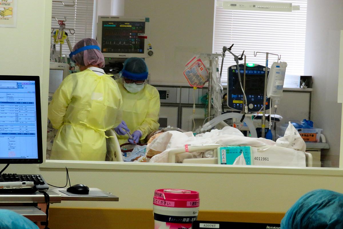 写真・図版 : 重症患者を受け入れる集中治療室。個室の手前も部屋が区切られている=さいたま市大宮区