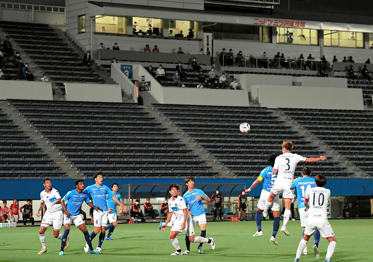写真・図版 : 無観客で4カ月ぶりに再開したサッカーJ1の試合=2020年7月4日