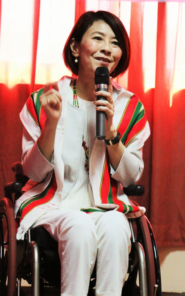 写真・図版 : ミャンマーでユニバーサルマナーの講演をする岸田ひろ実さん=2016年11月、筆者撮影