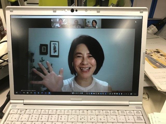写真・図版 : 自宅からリモート画面でインタビューに答える岸田ひろ実さん