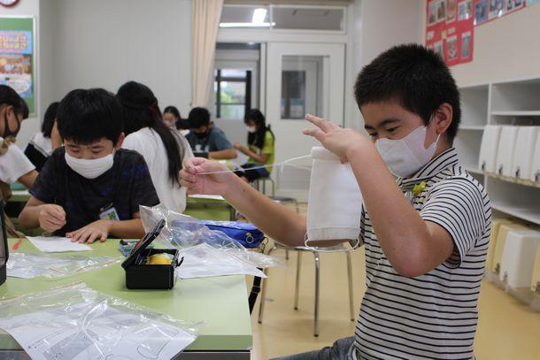 写真・図版 : 家庭科の授業でマスクを手縫いする児童たち=2020年7月4日、福岡市立草ケ江小学校