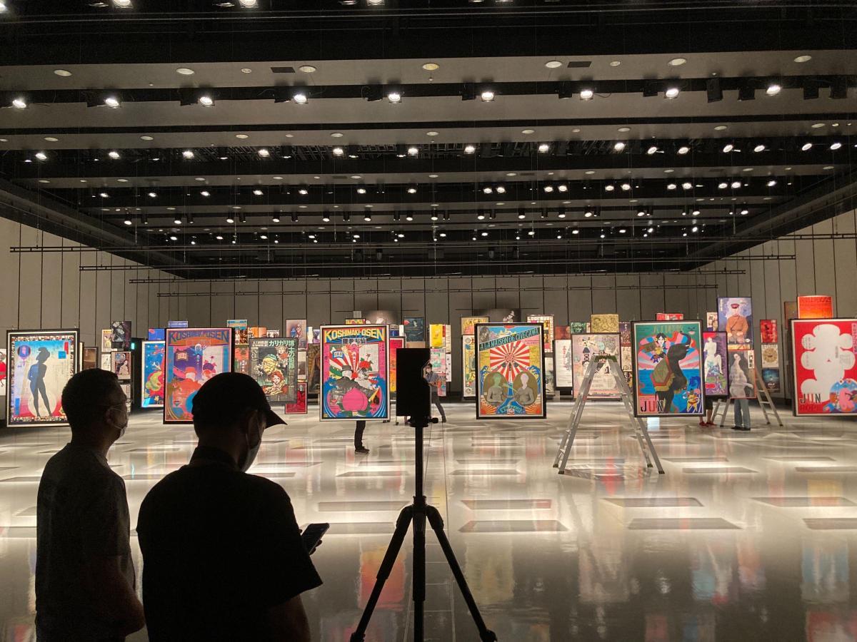写真・図版 : 「現代劇ポスター展2020」VR映像の撮影の様子
