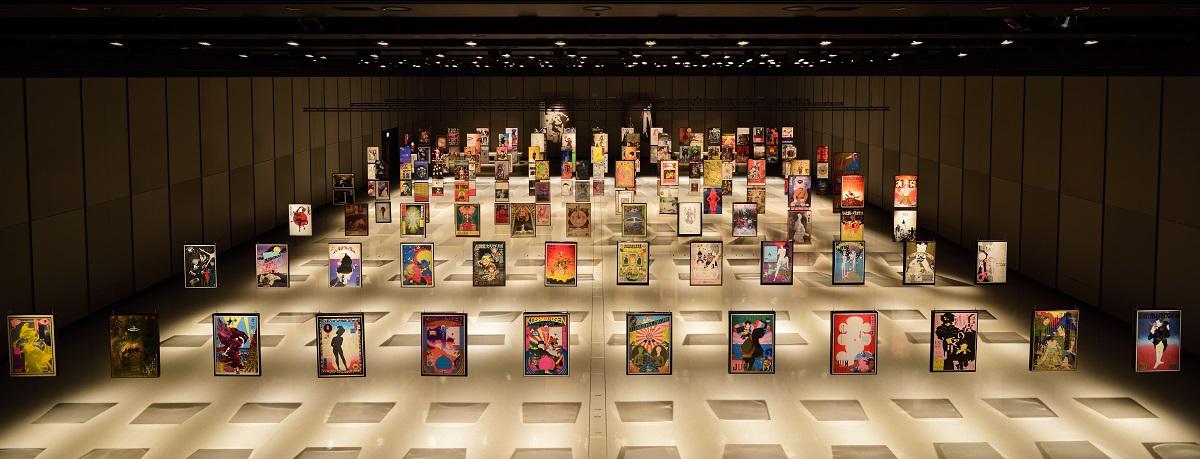 写真・図版 : 「現代演劇ポスター展2020」の会場=東京・渋谷のヒカリエホール