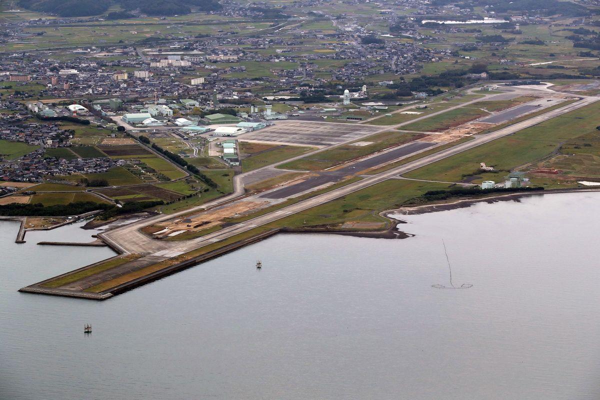 写真・図版 : 航空自衛隊築城基地=2019年10月20日、福岡県、朝日新聞社ヘリから