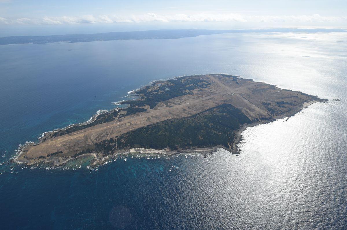 写真・図版 : 馬毛島。奥は種子島=2017年1月17日、朝日新聞社ヘリから
