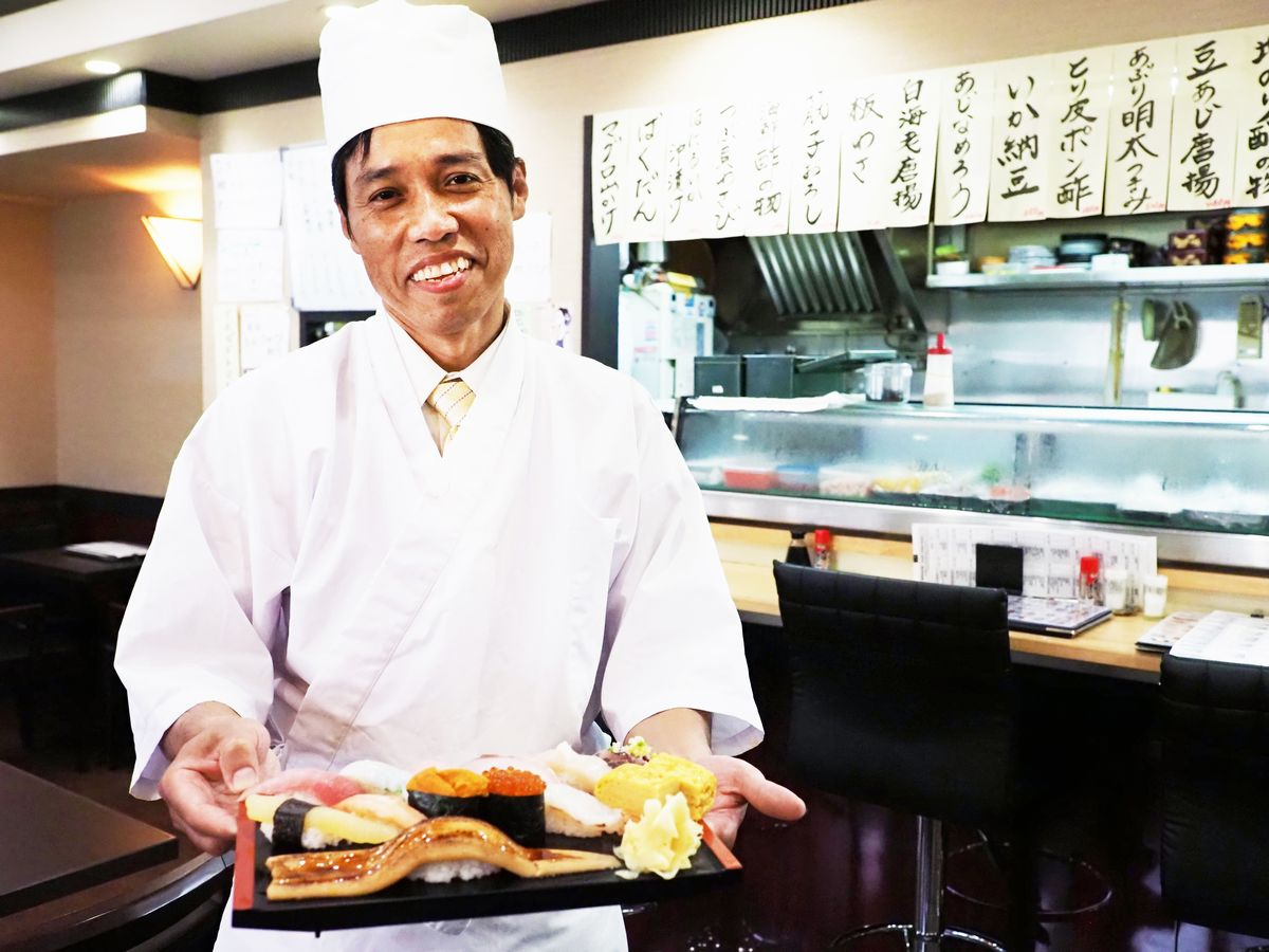 写真・図版 : 「令和特選寿司セット」を握って下さったマウンさん