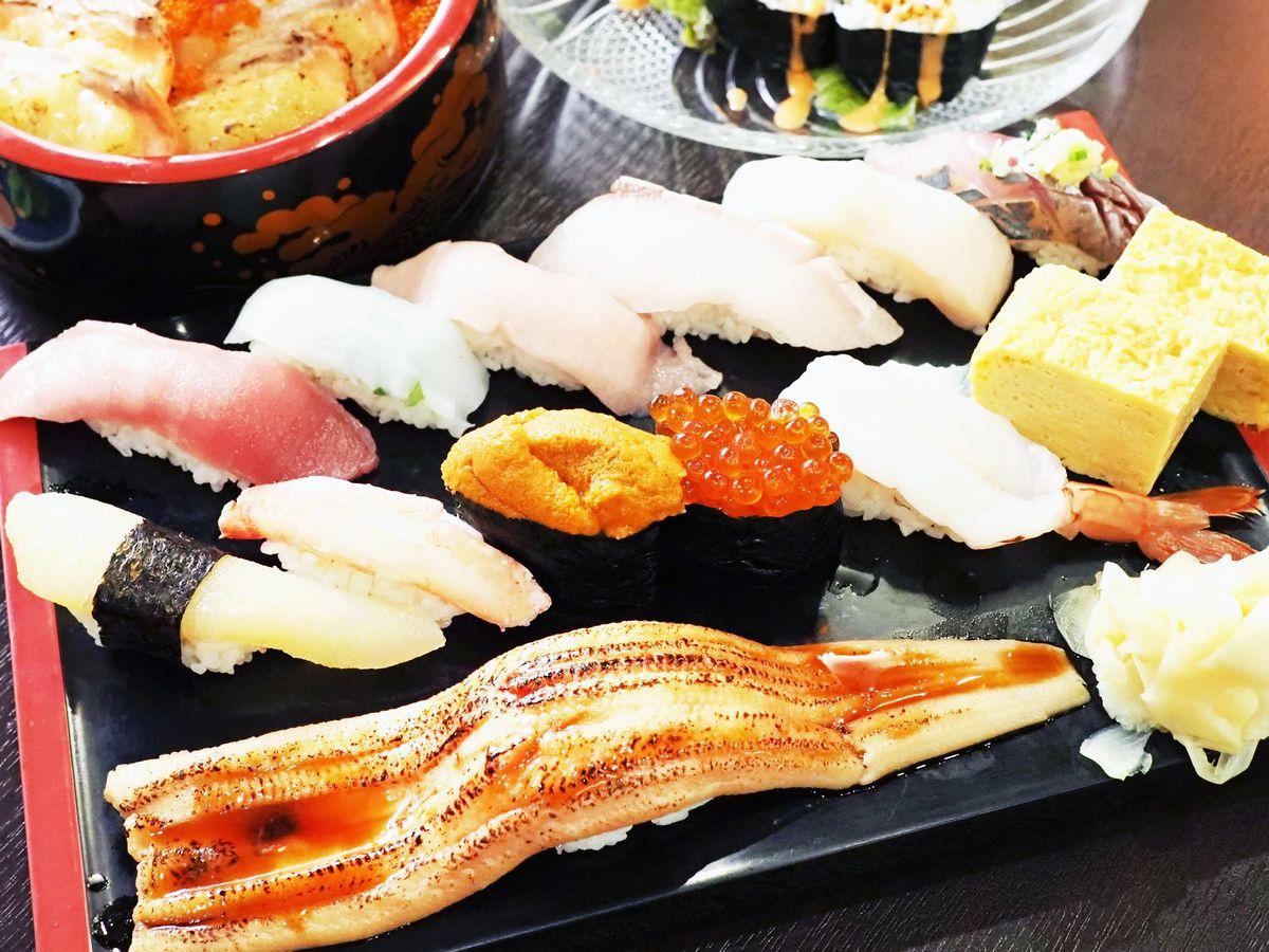 写真・図版 : 手前がボリュームたっぷりの「令和特選寿司セット」