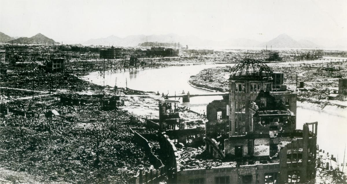写真・図版 : 原爆投下後の広島市内と原爆ドーム(1945年9月下旬撮影)