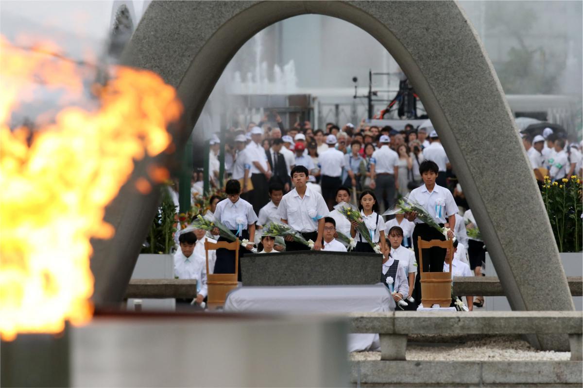 写真・図版 : 広島原爆の日、平和記念式典で献花をする学生たち=2019年8月6日、広島市中区