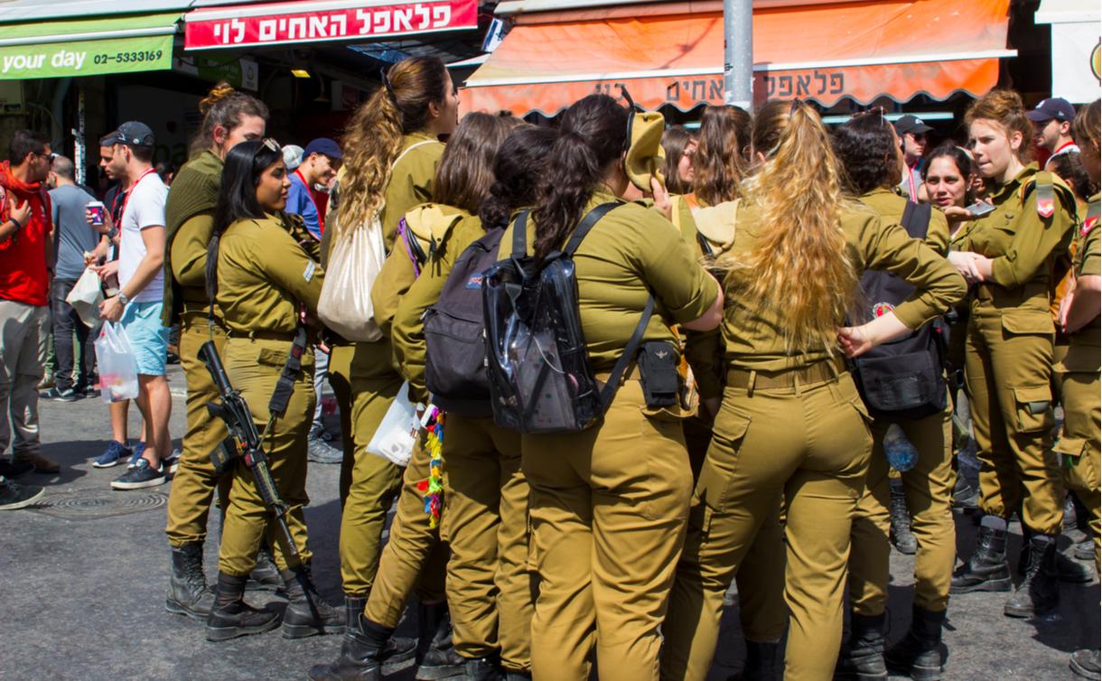 写真・図版 : 談笑するイスラエルの徴兵された兵士たち Mick Harper/shutterstock.com