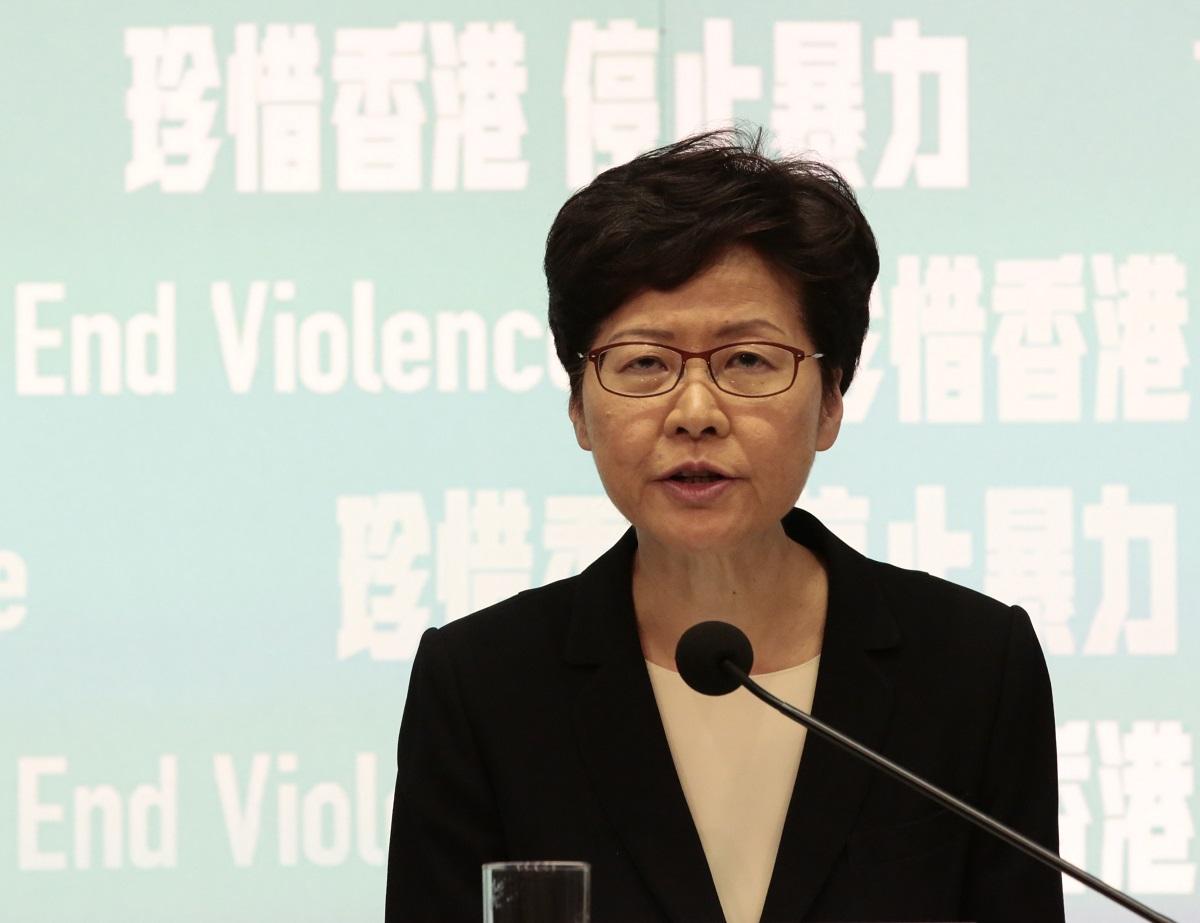 写真・図版 : 覆面禁止法の施行を発表する香港の林鄭月娥・行政長官=2019年10月4日