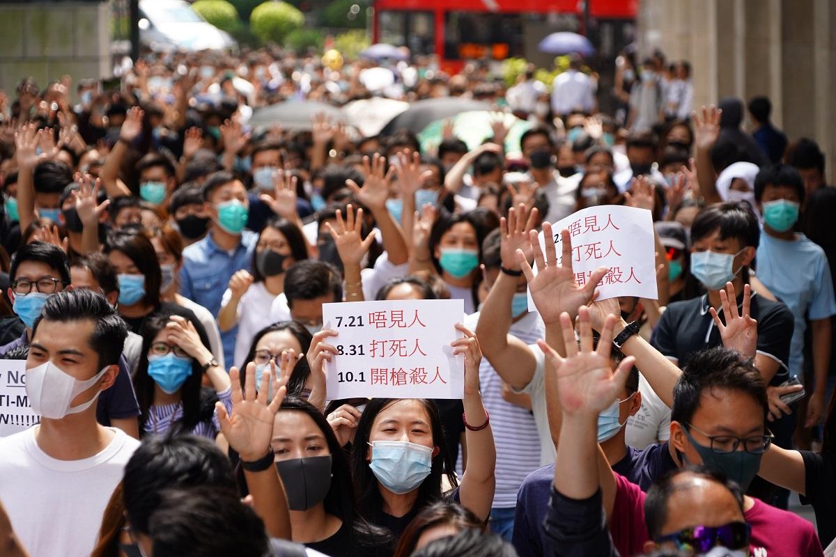 写真・図版 : 覆面禁止法に反対し繁華街を練り歩くデモ隊=2019年10月4日、香港