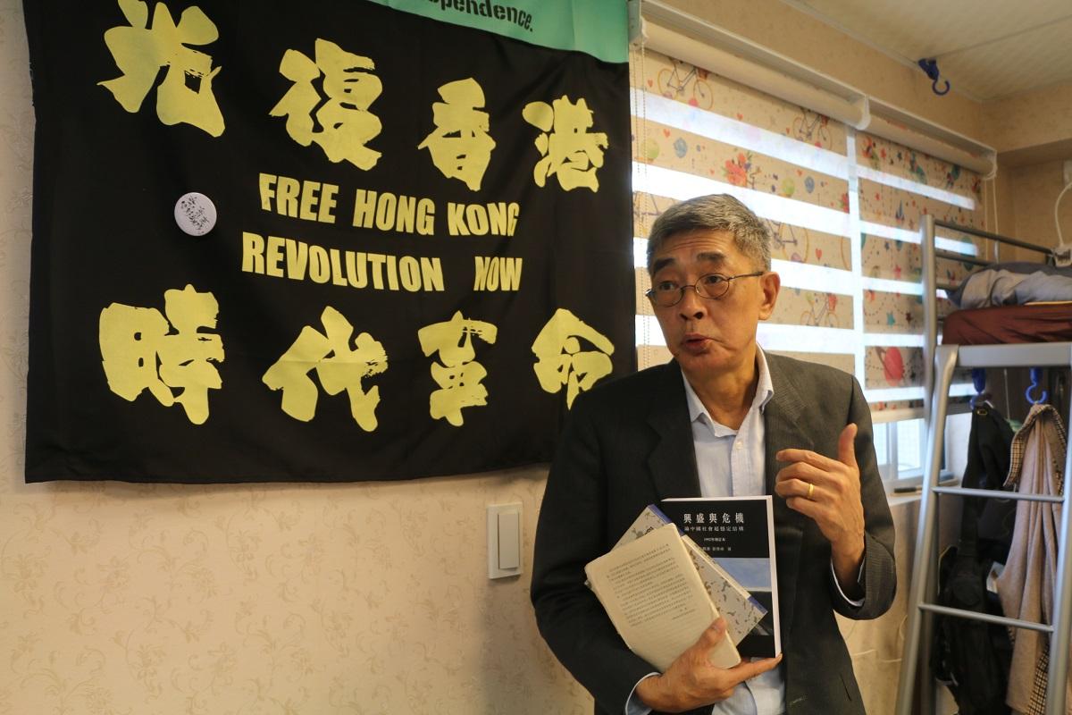 写真・図版 : 中国当局に一時拘束された「銅鑼湾書店」の林栄基店長は2019年に台湾に逃れ、20年4月に台北で同名書店を開いた。壁には「光復香港(香港を取り戻せ)」の旗が=2020年4月14日