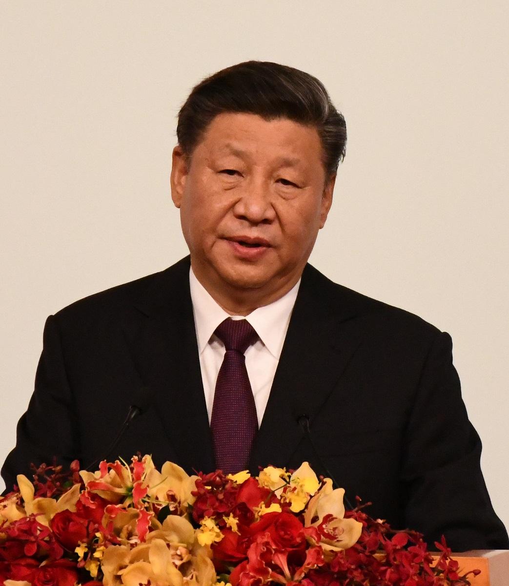 写真・図版 : マカオ返還20周年記念式典で演説する中国の習近平国家主席=2019年12月20日、マカオ