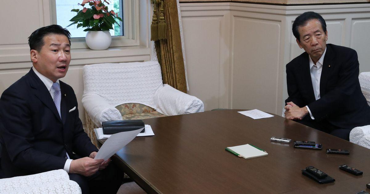 写真・図版 : 立憲民主党の福山哲郎幹事長(左)と国民民主党の平野博文幹事長(右)=2020年7月29日、国会内