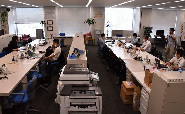写真・図版 : 出社人数が減ったダイドードリンコの本社オフィス=2020年6月4日、大阪市北区