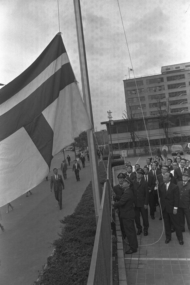 写真・図版 : 東京・霞が関の郵政省に、初めて掲げられた郵政旗=1970年10月19日、東京都千代田区霞が関
