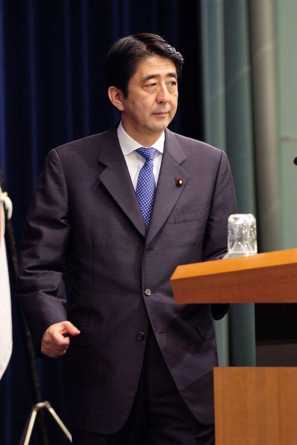 写真・図版 : 第一次政権で突然辞任を表明した安倍首相=2007年9月12日