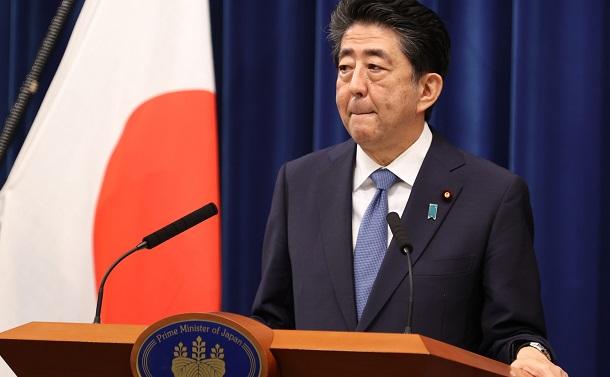写真・図版 : 記者会見で自身の健康状態を説明し、辞任を表明した安倍晋三首相=2020年8月28日、首相官邸