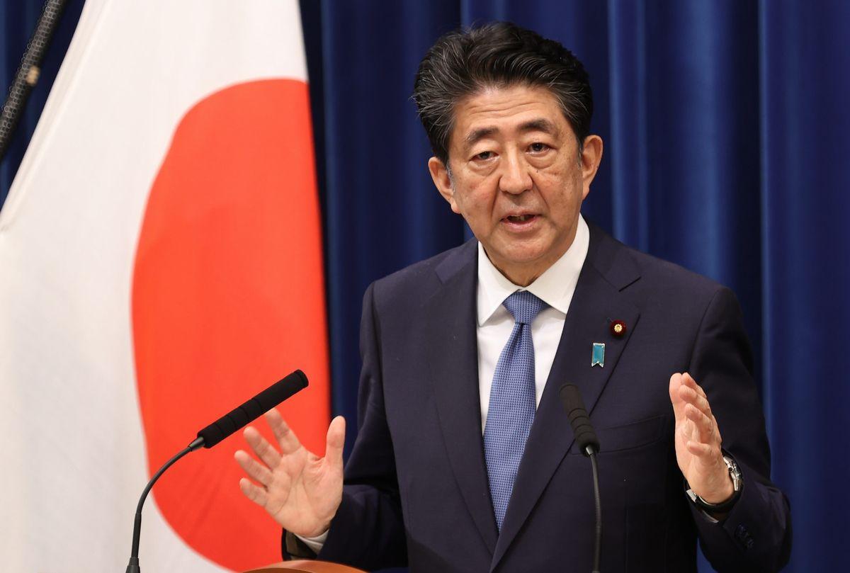 写真・図版 : 辞任会見で記者の質問に答える安倍晋三首相=2020年8月28日、首相官邸