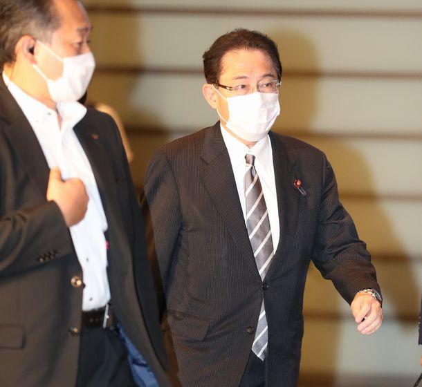 写真・図版 : 首相官邸に入る自民党の岸田文雄政調会長=2020年8月28日、首相官邸