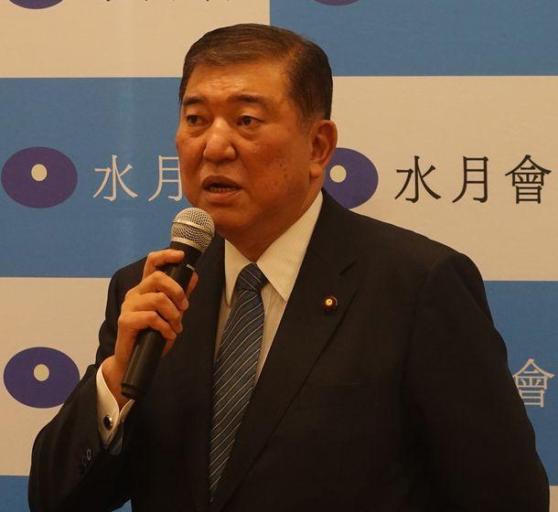 写真・図版 : 派閥の会合であいさつする自民党の石破茂元幹事長=2020年7月9日、国会