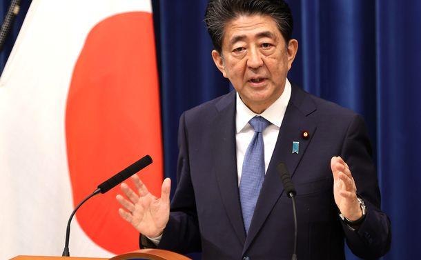 写真・図版 : 記者会見で辞任表明し、質問に答える安倍晋三首相=2020年8月28日、首相官邸