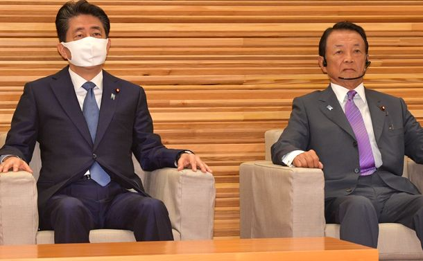 写真・図版 : 閣議に臨む安倍晋三首相(左)と麻生太郎副総理兼財務相=2020年8月28日、首相官邸