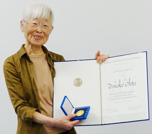 写真・図版 : クラフォード賞の賞状とメダルを手にする太田朋子さん。同賞は、ノーベル賞が扱わない領域を対象に中心に選考される=2015年5月13日、三島市谷田、長尾大生撮影