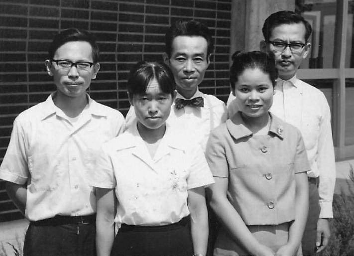 写真・図版 : 学術振興会奨励研究員だったころ。前列の太田さんの隣は秘書の松本(現・石井)百合子さん、後列中央が木村資生さん、その左は研究員の丸山毅夫さん、右が安田徳一さん=太田さん提供