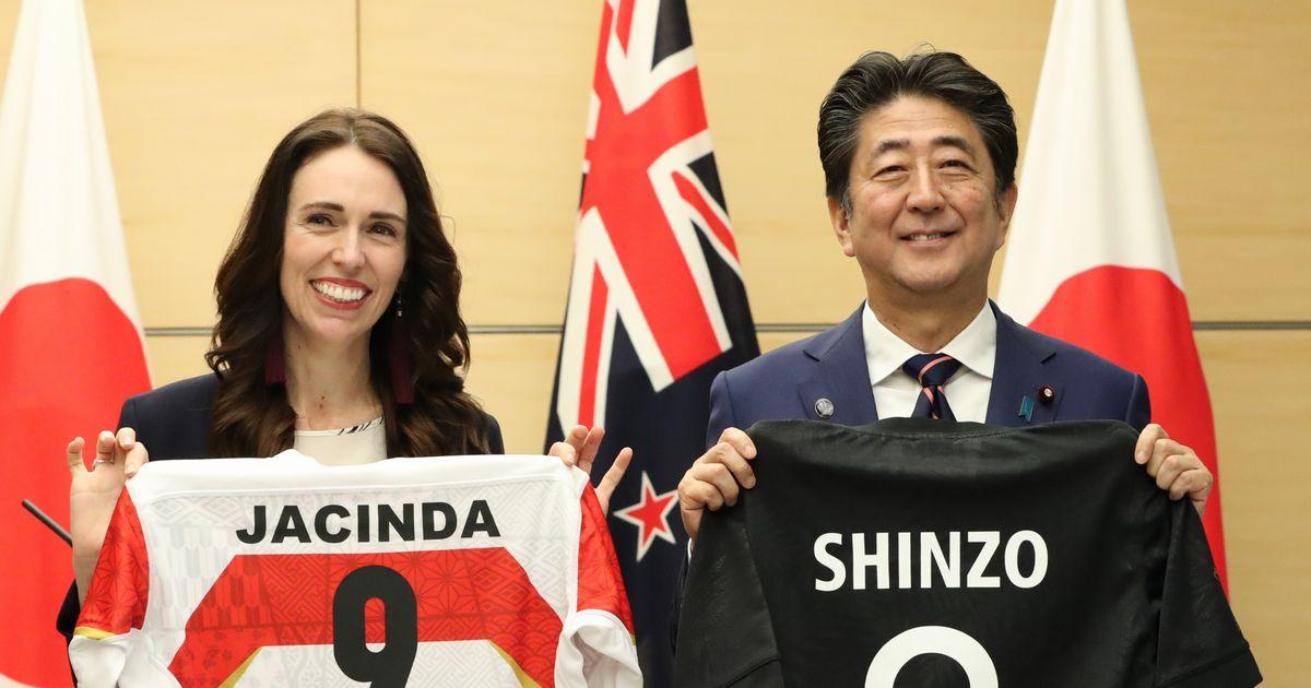 写真・図版 : ニュージーランドのアーダーン首相(左)との共同記者発表を終え、ラグビー代表ジャージーを交換する安倍晋三首相=2019年9月19日、首相官邸