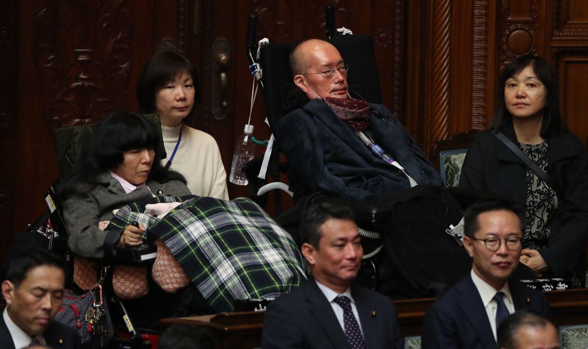 国会開会式に出席する舩後靖彦氏(後列右から2人目)と木村英子氏(同4人目)=2020年1月20日