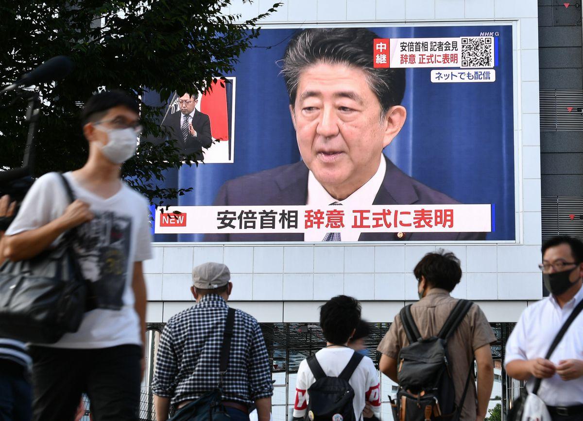 安倍晋三首相が辞任を表明した会見が大型ビジョンに映し出された=2020年8月28日、東京・新宿