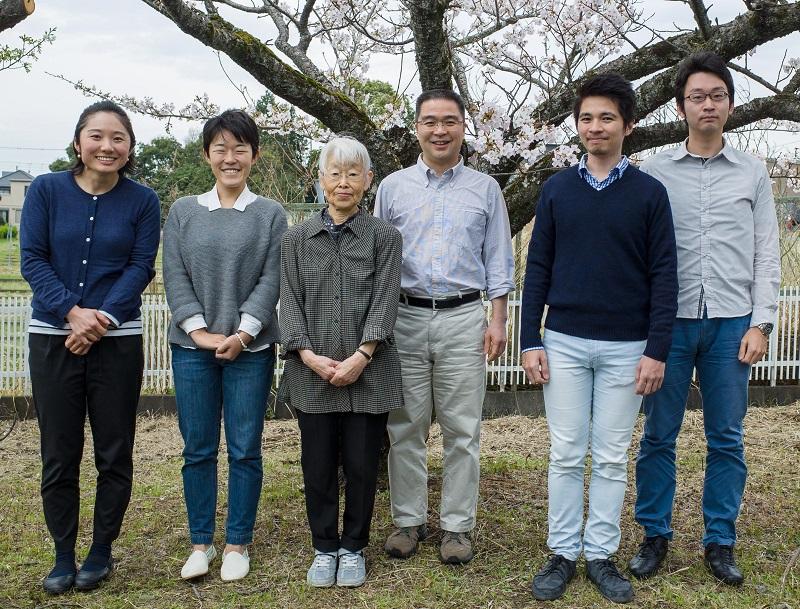 写真・図版 : 太田さんがいま属している国立遺伝学研究所明石研究室のメンバー。左から 秘書、大学院生、太田さん、明石裕教授、大学院性、松本知高助教=太田さん提供