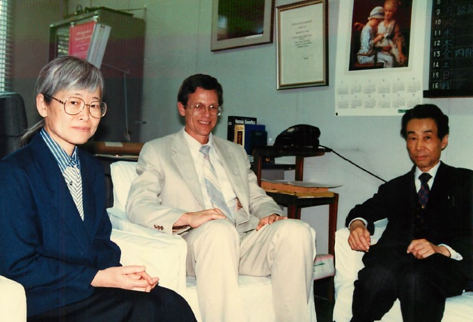 写真・図版 : 進化生物学や集団遺伝学の歴史を研究していたウィル・プロバインさんと=1991年ごろ、遺伝研の木村さんの部屋、太田さん提供