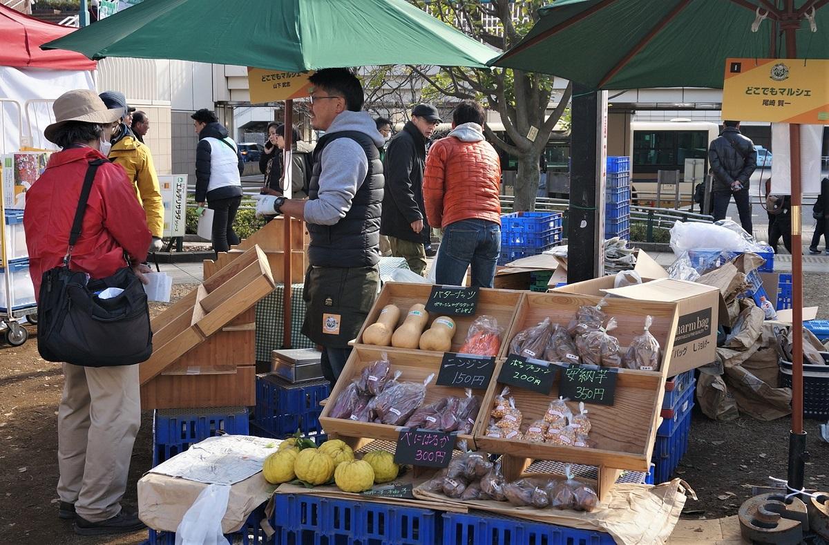 写真・図版 : 練馬産の野菜を売るマーケット「ねりマルシェ」=撮影・筆者