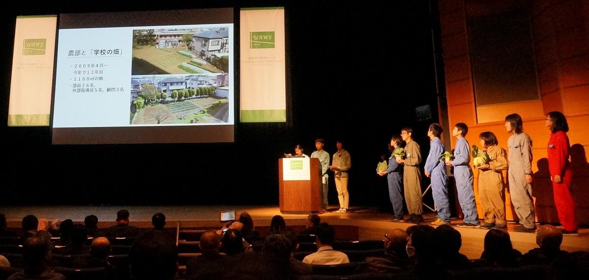 写真・図版 : 「みんなde農コンテスト」で発表する開進第二中学校の農部の生徒たち=撮影・筆者