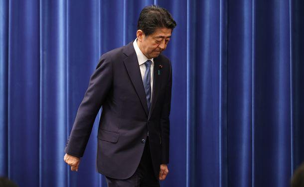 写真・図版 : 辞任表明した記者会見が終わり、会見場をあとにする安倍晋三首相=2020年8月28日午後6時1分、首相官邸