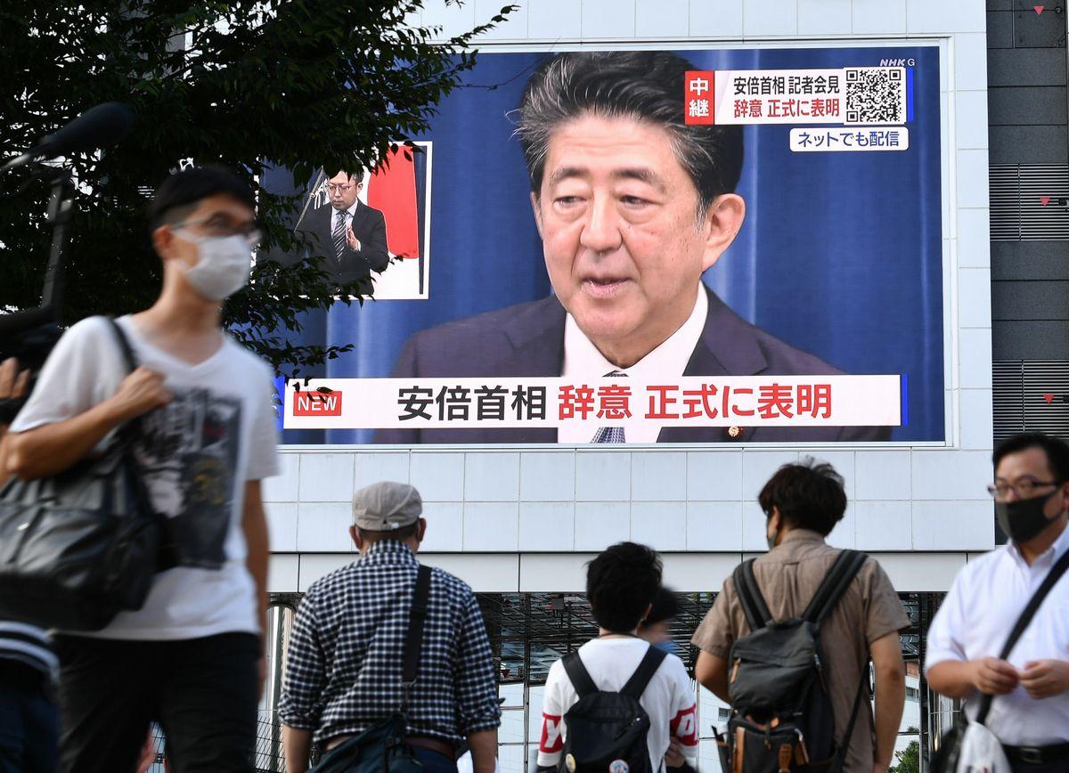 写真・図版 : 安倍晋三首相が辞任を表明した会見が大型ビジョンに映し出された=2020年8月28日午後5時11分、東京・新宿