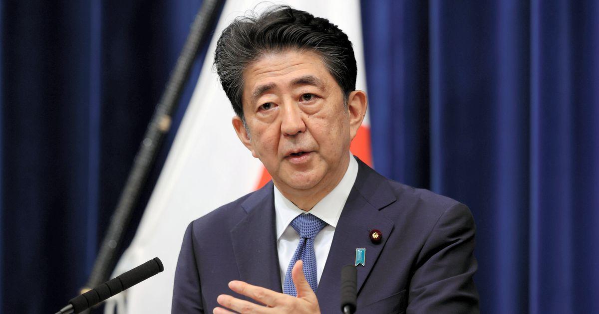 写真・図版 : 辞任を表明した記者会見で質問に答える安倍晋三首相=2020年8月28日午後5時53分、首相官邸