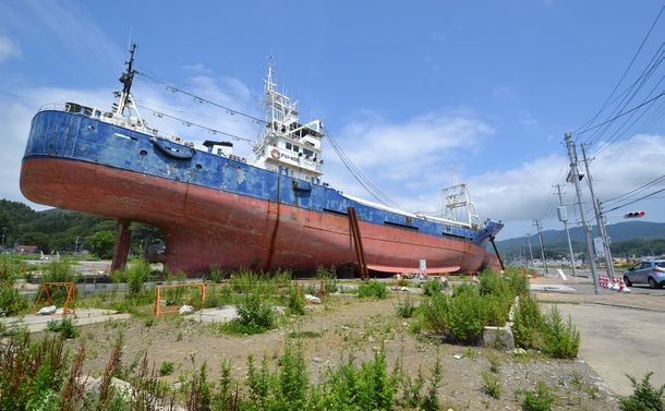 写真・図版 : 東日本大震災の津波で陸上に打ち上げられた船=宮城県気仙沼市、筆者撮影