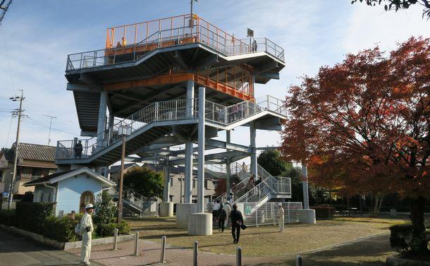 写真・図版 : 南海トラフの地震で想定された津波への対策として設けられた津波避難タワー=静岡県焼津市、筆者撮影