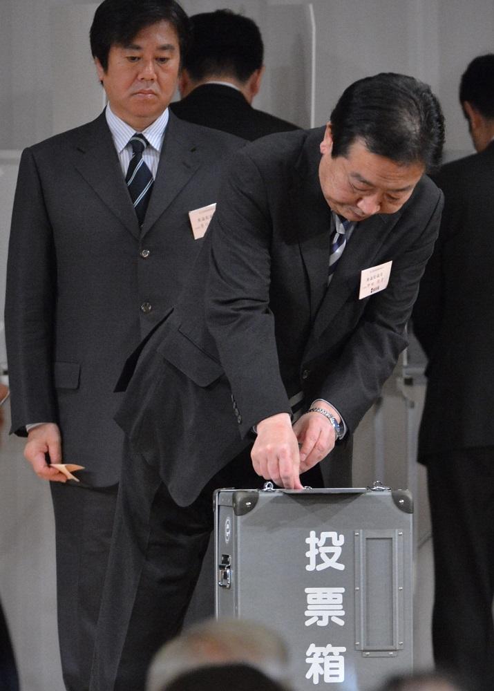 写真・図版 : 野田政権下野後の民主党代表選に立候補=2012年12月25日、東京都港区