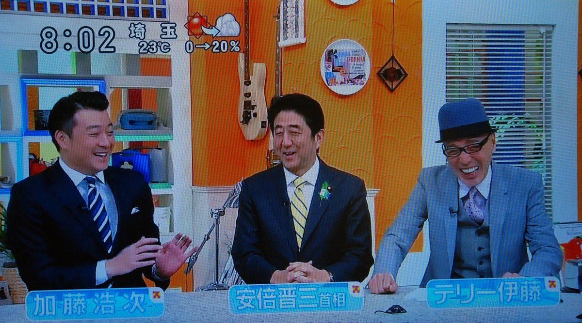 写真・図版 : 日本テレビ系の情報番組「スッキリ!!」でインタビューを受ける安倍首相(2013年4月18日放送分)から
