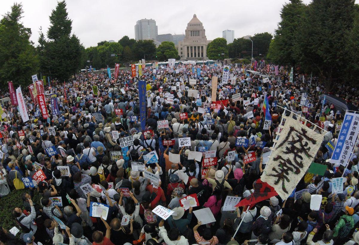 写真・図版 : 安保関連法案に反対し、国会前の通りを埋め尽くす人たち=2015年8月30日午後1時57分、東京都千代田区