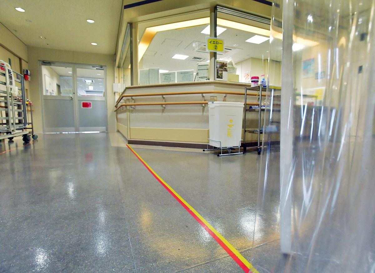 新型コロナウイルス感染者の専門病院となる十三市民病院。病棟では感染者が生活するレッドゾーン(左)と、医師や看護師がガウンなどを脱ぎ着するイエローゾーン(右)の仕切りを