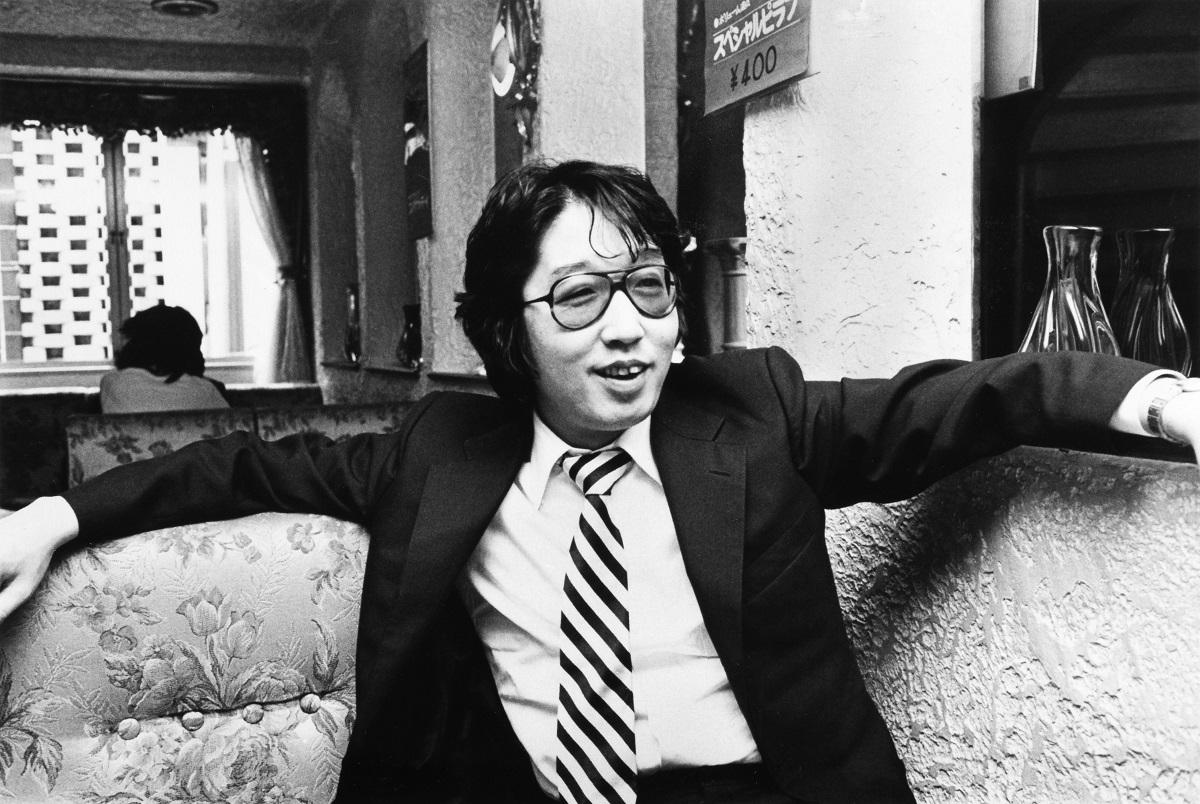 写真・図版 : 自らの演劇活動休止について語るつかこうへい=1982年