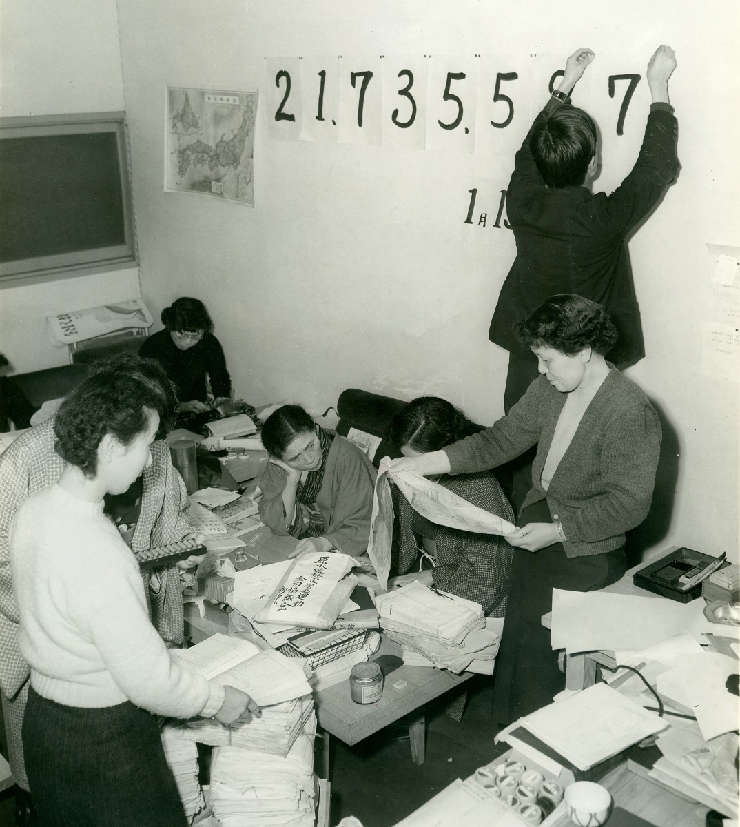 写真・図版 : 1955年、東京の杉並区民会館内にできたは原水爆禁止署名の全国協議会