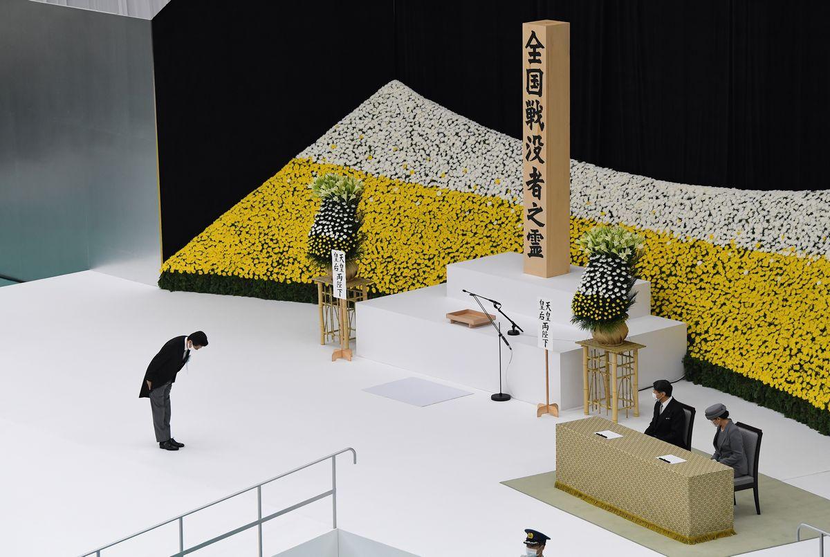 写真・図版 : 全国戦没者追悼式の式辞を前に天皇、皇后両陛下に一礼する安倍晋三首相=2020年8月15日午前11時54分、東京都千代田区の日本武道館