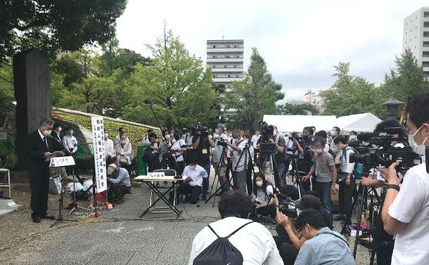 写真・図版 : 朝鮮人犠牲者追悼式典。コロナ対策で「三密」を避けるため、報道陣ばかりが目立った=2020年9月1日、東京・横網町公園、筆者撮影
